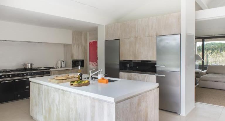 elegante ger umige k che in einem einfamilienhaus. Black Bedroom Furniture Sets. Home Design Ideas
