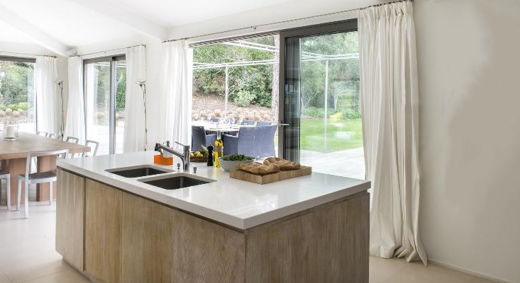 Elegante, geräumige Küche in einem Einfamilienhaus