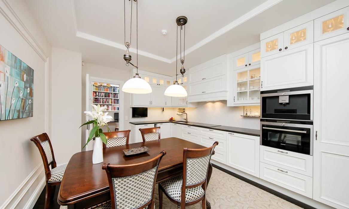 launisch klassische franz sische k che mit insel. Black Bedroom Furniture Sets. Home Design Ideas