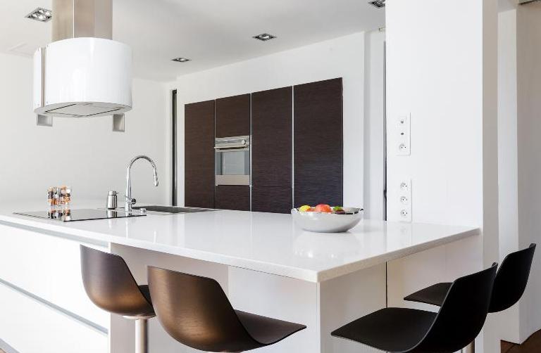 elegante und anregende moderne k che. Black Bedroom Furniture Sets. Home Design Ideas