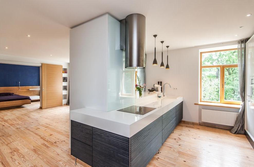 moderne k che mit einem pfeiler. Black Bedroom Furniture Sets. Home Design Ideas