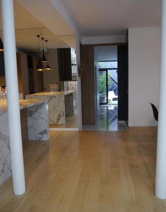 schwarz wei und holz mit marmor in der k che. Black Bedroom Furniture Sets. Home Design Ideas