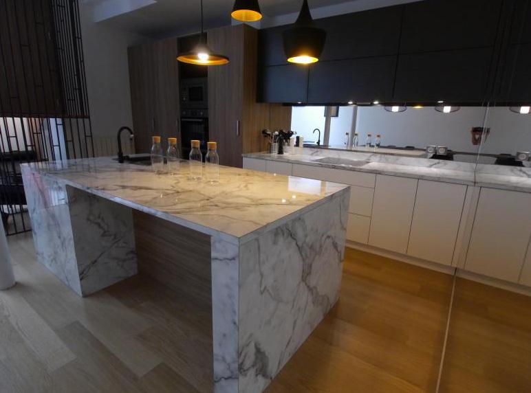 Küche mit Marmor-Arbeitsplatten 2