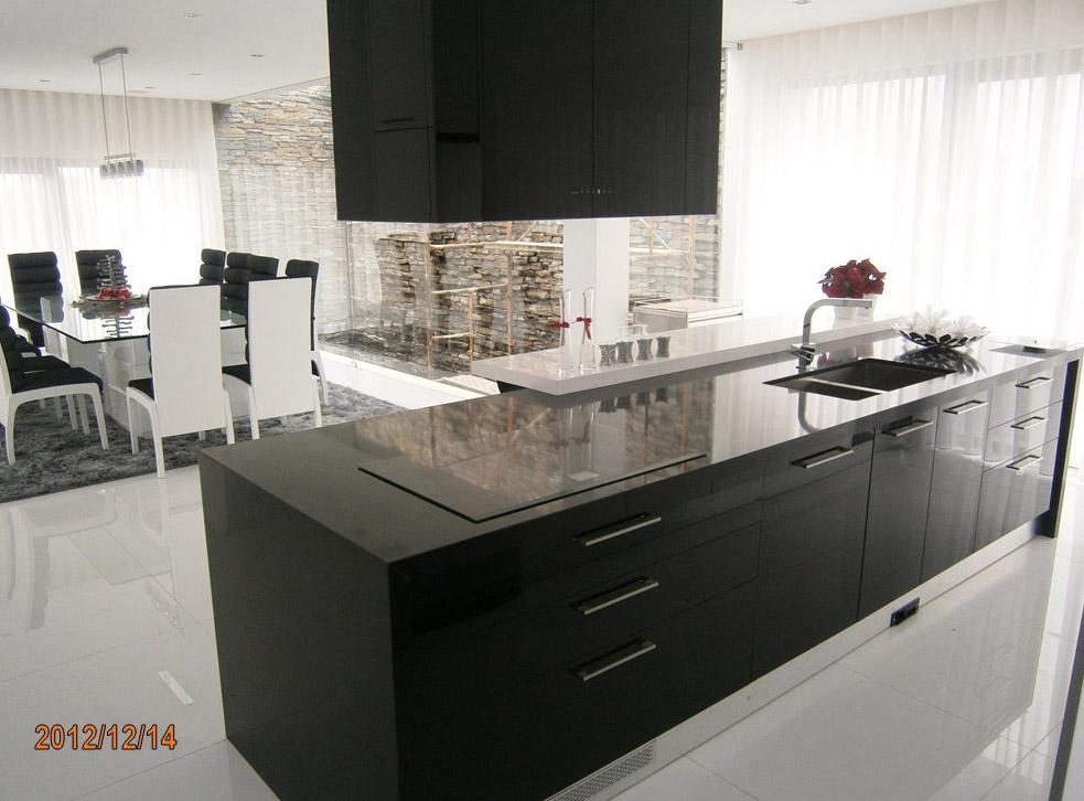 Eleganz von Schwarz und Weiß in der Küche in einem Einfamilienhaus 5