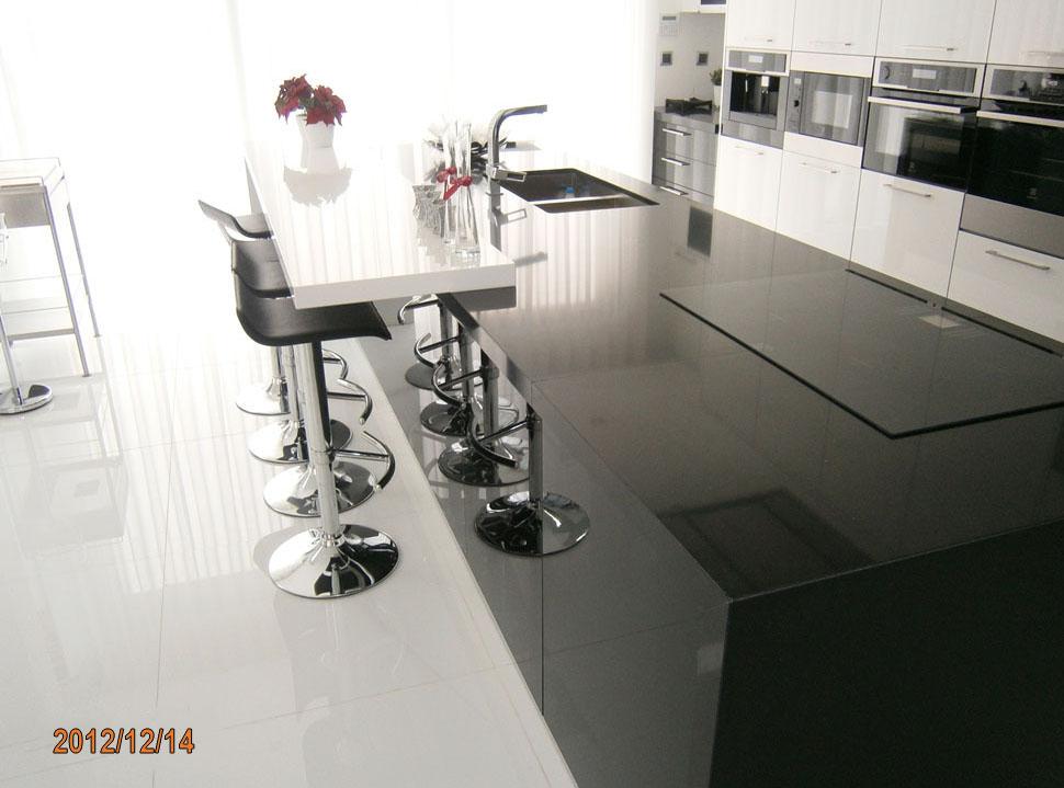 eleganz von schwarz und wei in der k che. Black Bedroom Furniture Sets. Home Design Ideas
