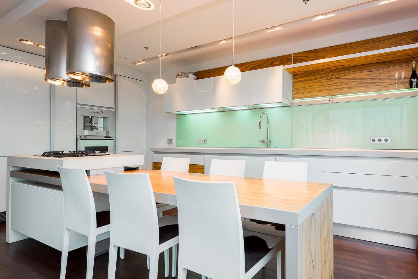 Geräumige Moderne Küche Mit Exotischem Holz