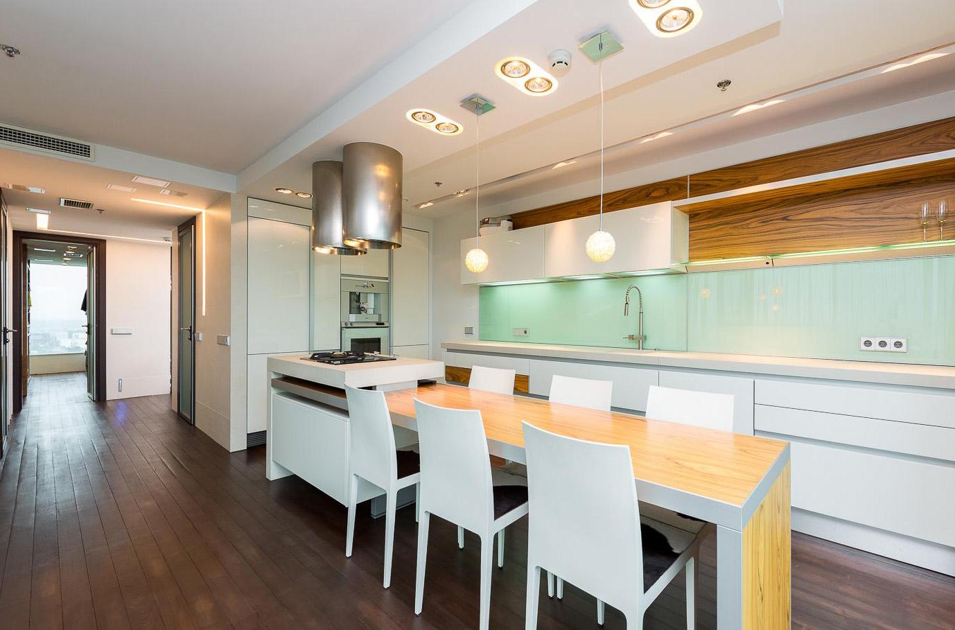 ger umige moderne k che mit exotischem holz. Black Bedroom Furniture Sets. Home Design Ideas