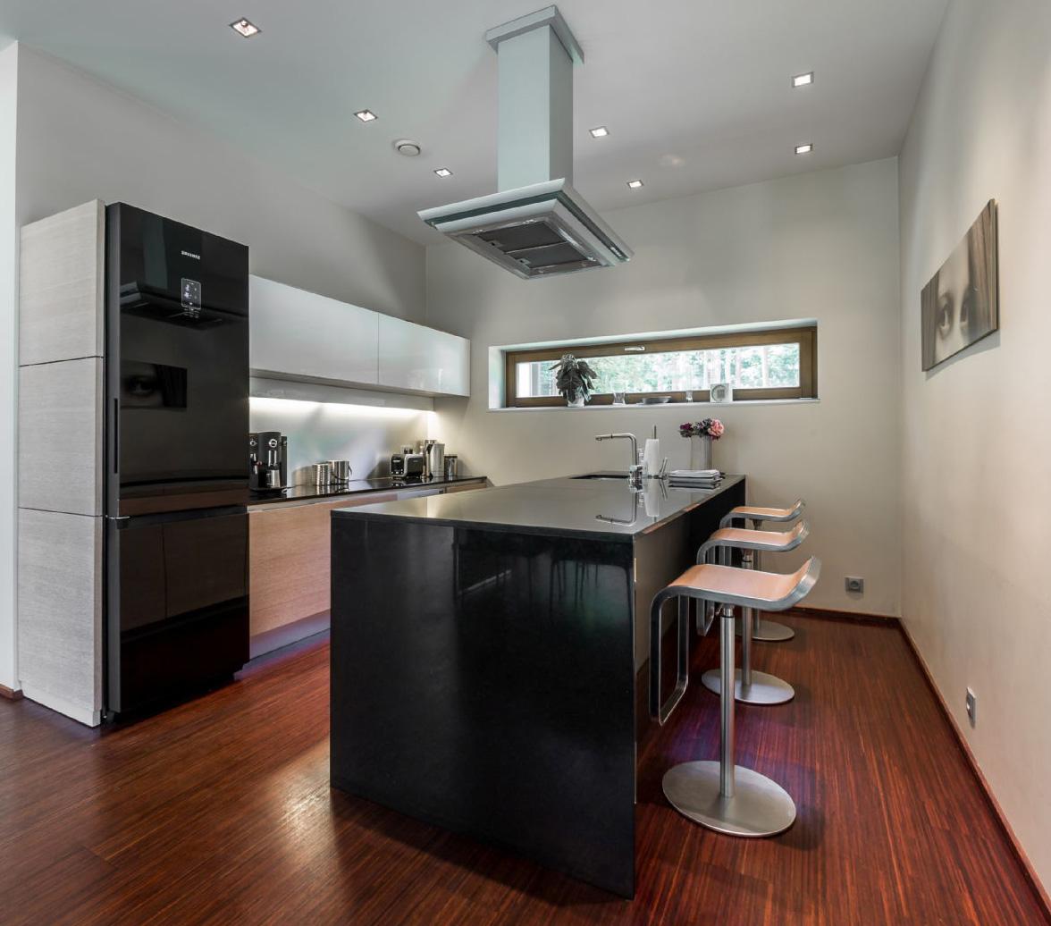 Weiße und schwarze Küche 1