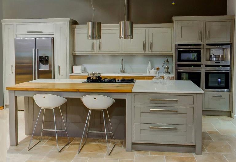 klassische holzk che im englischen stil mit einer insel. Black Bedroom Furniture Sets. Home Design Ideas