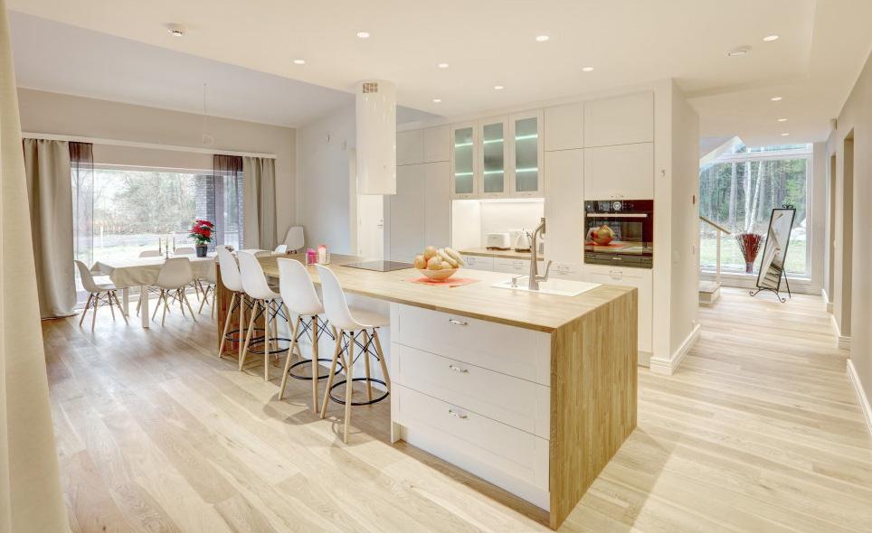 Natürliche Farbe des Holzes in moderner Küche 1