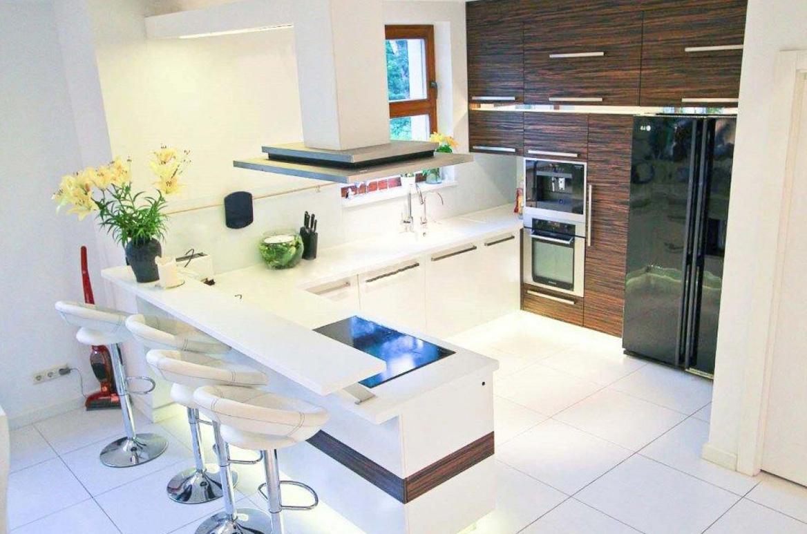 Von der Natur inspirierte Küche in einem Einfamilienhaus 2