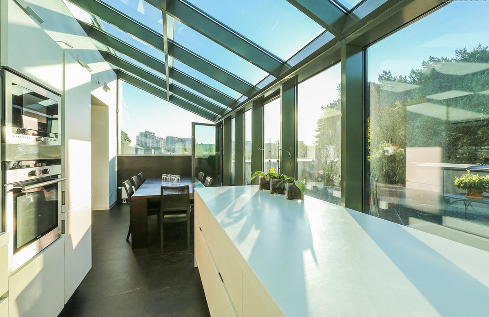 Weiße, moderne Küche in Orangerie 2