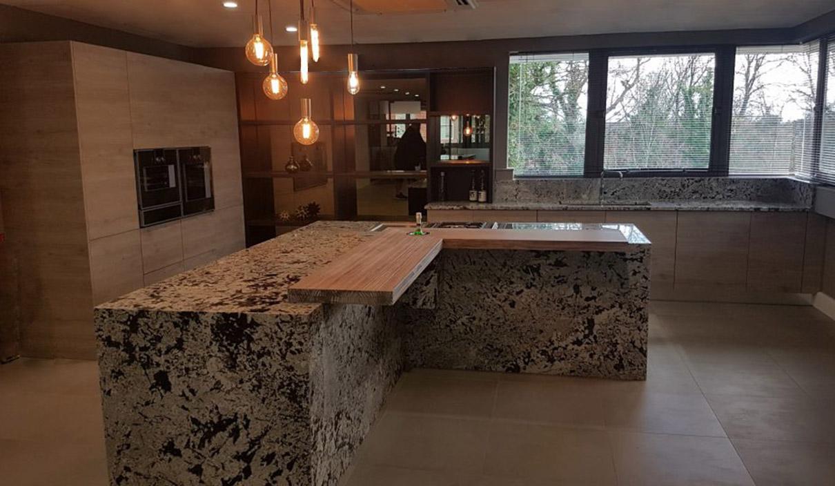 Der modische Granit in der natürlichen Küche 1