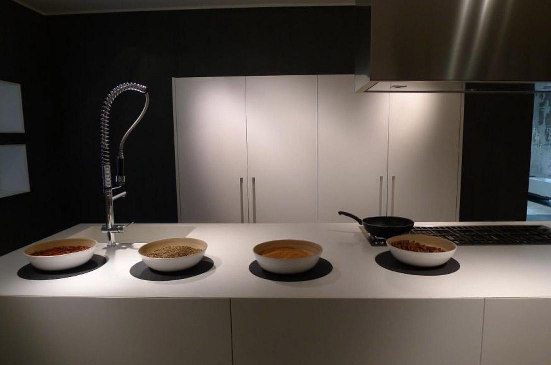 Die elegante, zum Wohnzimmer offene Küche 2