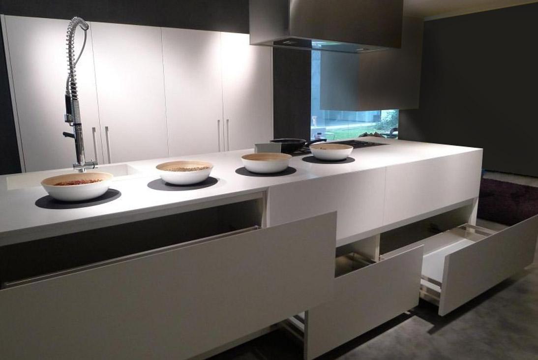 Die elegante, zum Wohnzimmer offene Küche 5
