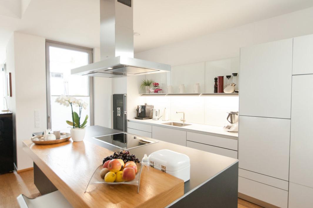 Holzakzente in moderner Küche 1