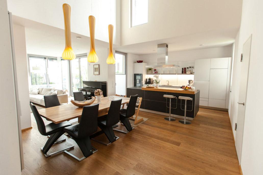 Holzakzente in moderner Küche