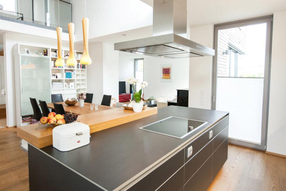 Holzakzente in moderner Küche 3