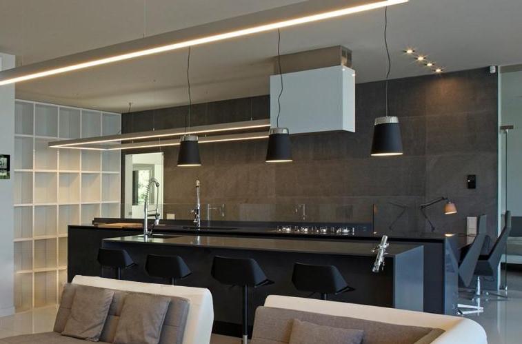 Moderne schwarze Küche mit Insel