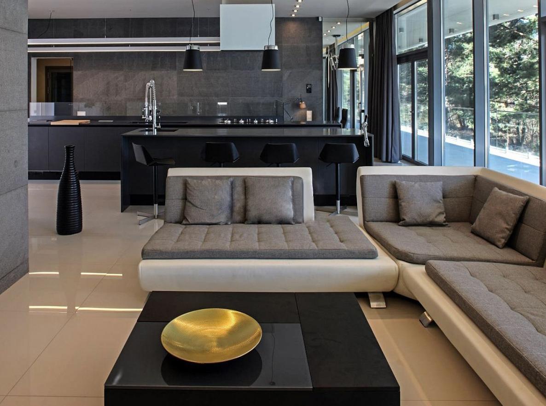 Moderne schwarze Küche offen im Wohnzimmer 3