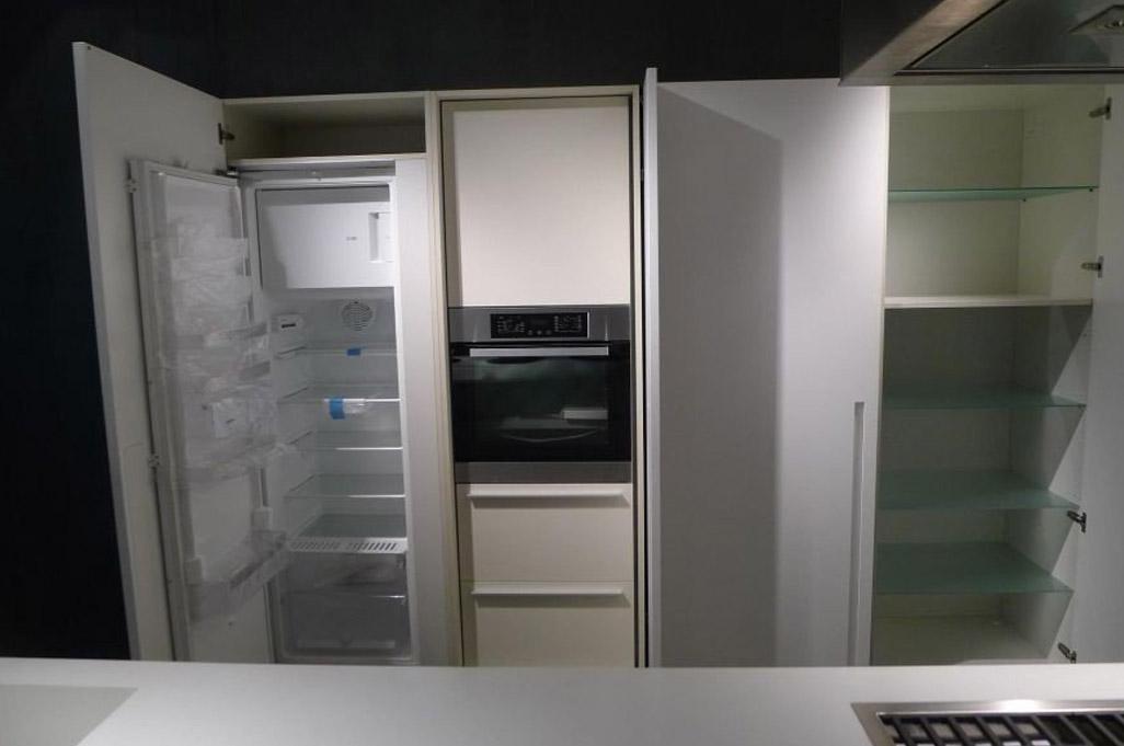 Die elegante, zum Wohnzimmer offene Küche