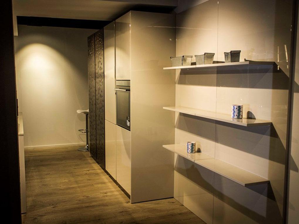 Eine-schicke-moderne-Küche-2