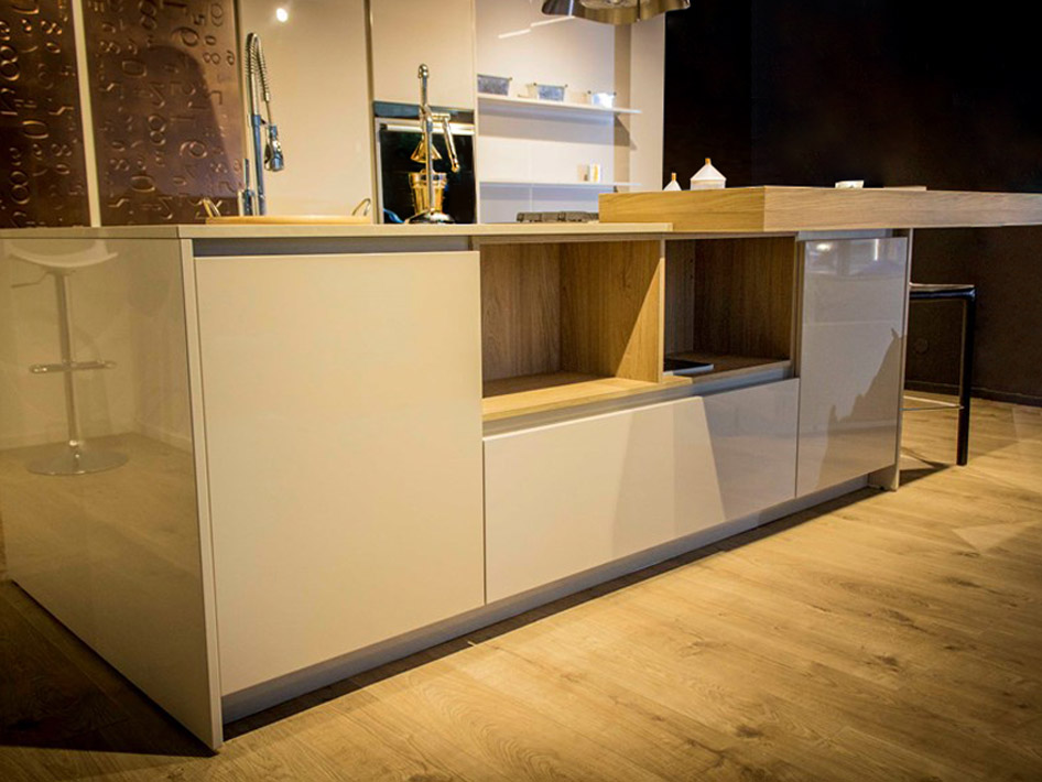 Eine-schicke-moderne-Küche-3